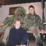 Toni Bazooka und A.Nein posieren vor einem Gebüsch.