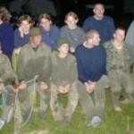 Diese Aufnahme wurde beim Sulzer Zeltlager gemacht. Sie zeigt die komplette Überfall-Crew, bestehend aus zehn Personen (alle sitzend und teilweise verdeckt).