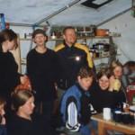 Ein Teil der Mannschaft hatte sich nach der Aktion zum essen/trinken/reden im Küchenzelt versammelt