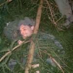 Klaus ist friedlich eingeschlafen in seiner urzeitlichen Zweighöhle.