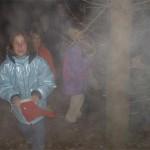 Dass die sich überhaupt in den Wald trauen bei Dunkelheit und Nebel. Und dann auch noch Mädchen überfallen...Rechts unten übrigens Klaus.